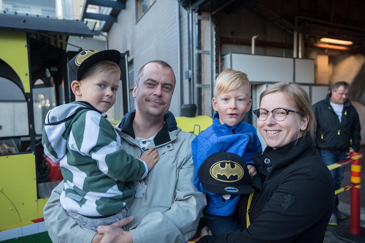 Otto (4), Matti, Väinö (6) ja Noora Reivonen ensimmäisten joukossa jonottamassa junaan