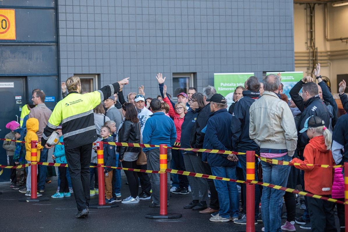 Turun seudun puhdistamo Oy:n laatu- ja ympäristöpäällikkö Jarkko Laanti kerää osallistujia ensimmäiselle kävelykierrokselle