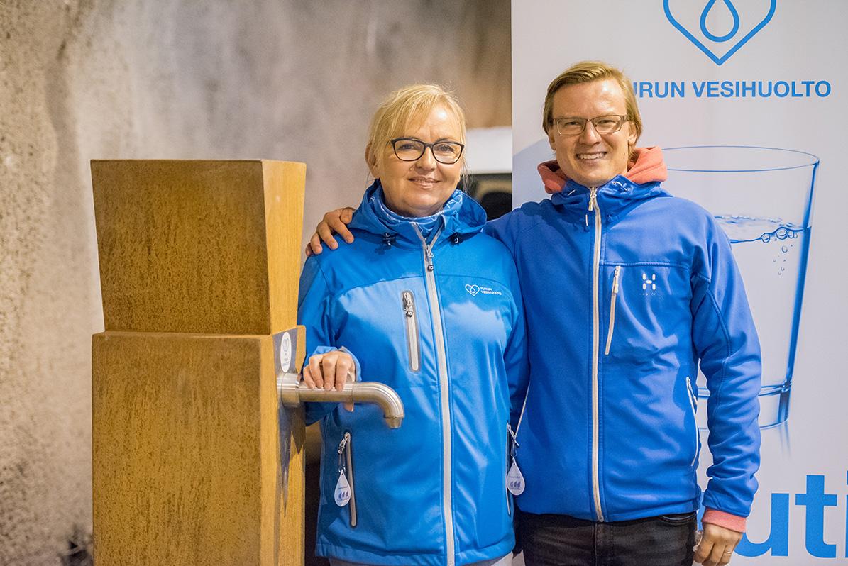 Pia-Grondahl-ja-Pekka-Raukola-Turun-vesihuollon-vesipisteella