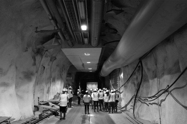 Hallituksen jäsenet kävelevät luolaston louhintatyömaalle