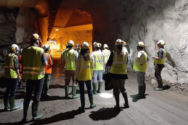 Hallituksen jäsenet kierroksella poistoputkityömaalla luolassa