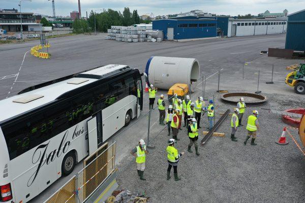 Hallituksen jäsenet bussin vieressä